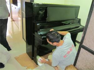 1. 觀察出入口動線及檢查鋼琴外觀是否有損